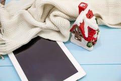 Comfortabele zachte de winterachtergrond, de gebreide van de de Kop hete koffie van de sweatertablet oude uitstekende houten raad Stock Foto's