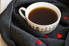 Comfortabele zachte grijze sjaal met een kop van koffie Ochtend De dag van de valentijnskaart `s Royalty-vrije Stock Afbeelding