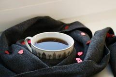 Comfortabele zachte grijze sjaal met een kop van koffie Ochtend De dag van de valentijnskaart `s Royalty-vrije Stock Fotografie