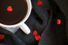 Comfortabele zachte grijze sjaal met een kop van koffie Ochtend De dag van de valentijnskaart `s Stock Foto