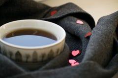 Comfortabele zachte grijze sjaal met een kop van koffie Ochtend De dag van de valentijnskaart `s Royalty-vrije Stock Foto's