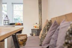 Comfortabele Zwarte antieke open haard in retro woonkamer uitstekend ontwerp royalty-vrije stock foto