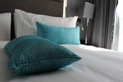 Comfy hotelowy łóżko z poduszkami Fotografia Stock