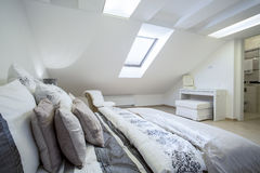 Comfy ogromny łóżko w jaskrawej sypialni Obrazy Stock