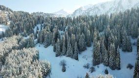 Comió cubierto totalmente con nieve Cuento de hadas de la nieve en las montañas Nubes, sol y cielo azul imagen de archivo
