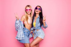 Comico, incantare, positivo, ragazze di risata nel cuore di estate e st immagini stock libere da diritti