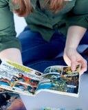 Comicsbücher der erwachsenen Frau Lese lizenzfreie stockfotos