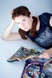 Comicsbücher der erwachsenen Frau Lese lizenzfreie stockbilder