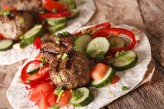 Comida árabe: bolas de carne con las verduras frescas en un pan plano c Fotos de archivo libres de regalías