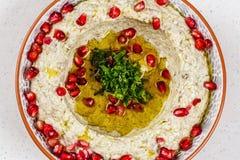 Comida árabe Hummus con la granada imagen de archivo libre de regalías