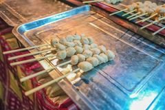 Comida 'albóndiga asada a la parrilla 'de la calle de Tailandia en feria del templo imagen de archivo