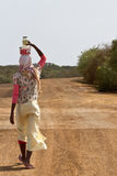 Comida africana del trasnport de la mujer Imagenes de archivo