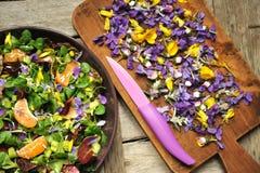 Comida alcalina, sana: ensalada con la ensalada de las flores, de la fruta y de la valeriana Foto de archivo