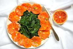 Comida alcalina, sana, simple: col rizada y ensalada roja de la naranja de sangre Imagen de archivo