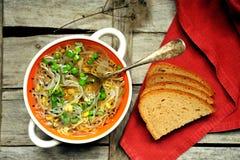 Comida alcalina, sana: sopa y pan del brote de las sojas fotografía de archivo