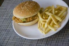 Comida americana con la hamburguesa Foto de archivo libre de regalías