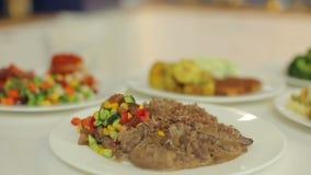 Comida apetitosa, colorida y sabrosa Adorne la ensalada y la carne para cada día de la semana Presentación del menú del almuerzo almacen de metraje de vídeo