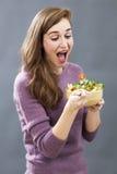 Comida apetitosa preparada del veggie de la muchacha alegre 20s para el placer del tener dieta fresca Foto de archivo libre de regalías