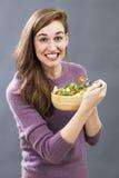 Comida apetitosa preparada emocionada del veggie de la muchacha 20s para el placer del tener dieta fresca Imágenes de archivo libres de regalías
