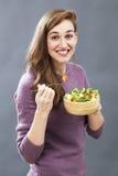 Comida apetitosa preparada sonriente del veggie de la muchacha 20s para el placer del tener dieta fresca Imagen de archivo