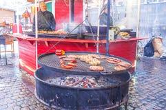 Comida asada a la parrilla en el festival de la Navidad Foto de archivo libre de regalías