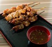 Comida asada a la parrilla pollo de la barbacoa en el pincho de bambú Fotos de archivo