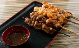 Comida asada a la parrilla pollo delicioso de la barbacoa en una bandeja Imagen de archivo libre de regalías