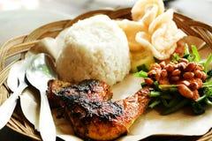 Comida asiática étnica del pollo asado a la parrilla picante de Bali foto de archivo