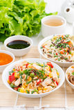 Comida asiática - arroz frito con el queso de soja, tallarines con las verduras Imagenes de archivo