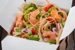 Comida asiática deliciosa en caja Fotografía de archivo