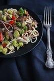 Comida asiática sana, tallarines del udon con carne de vaca y verduras Imagenes de archivo