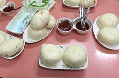 Comida asiática tradicional, carne en la placa fotografía de archivo