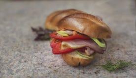 Comida - bocadillo con paprikas, el jamón y los puerros Fotografía de archivo