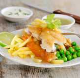 Comida británica - pescado frito con patatas fritas Fotos de archivo