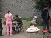 comida a calentar en un día frío en la calle imagen de archivo libre de regalías