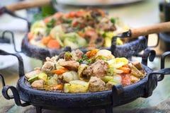 Comida caliente deliciosa con la carne de cerdo, cebollas, calabaza verde, zanahorias Foto de archivo