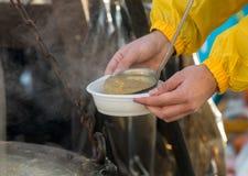 Comida caliente para los pobres y los desamparados Fotos de archivo