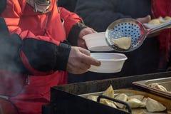 Comida caliente para los pobres y los desamparados Imágenes de archivo libres de regalías