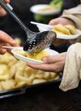 Comida caliente para los pobres y los desamparados Fotografía de archivo libre de regalías