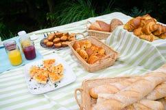 Comida campestre de la comida fría del desayuno con pan, los pasteles y la quiche Imágenes de archivo libres de regalías