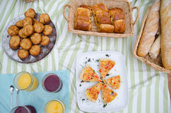 Comida campestre de la comida fría del desayuno con pan, los pasteles y la quiche Imagen de archivo