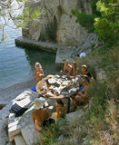 Comida campestre de la familia cerca del mar Foto de archivo