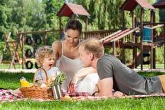 Comida campestre de la familia en el patio Foto de archivo libre de regalías