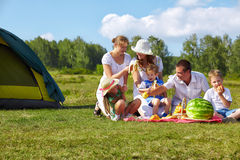 Comida campestre de la familia en parque Foto de archivo libre de regalías