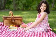 Comida campestre de la niña Imagen de archivo