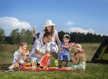 Comida campestre de las familias al aire libre foto de archivo