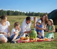 Comida campestre de las familias al aire libre imagenes de archivo