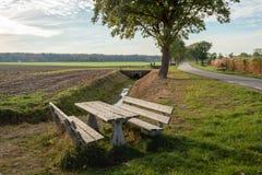 Comida campestre de madera fijada en un ajuste rural en las proximidades del pueblo holandés Gilze, provincia Brabante Septentrio imagen de archivo libre de regalías