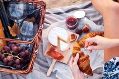 Comida campestre de Romatic en la playa foto de archivo