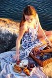 Comida campestre de Romatic en la playa fotografía de archivo libre de regalías